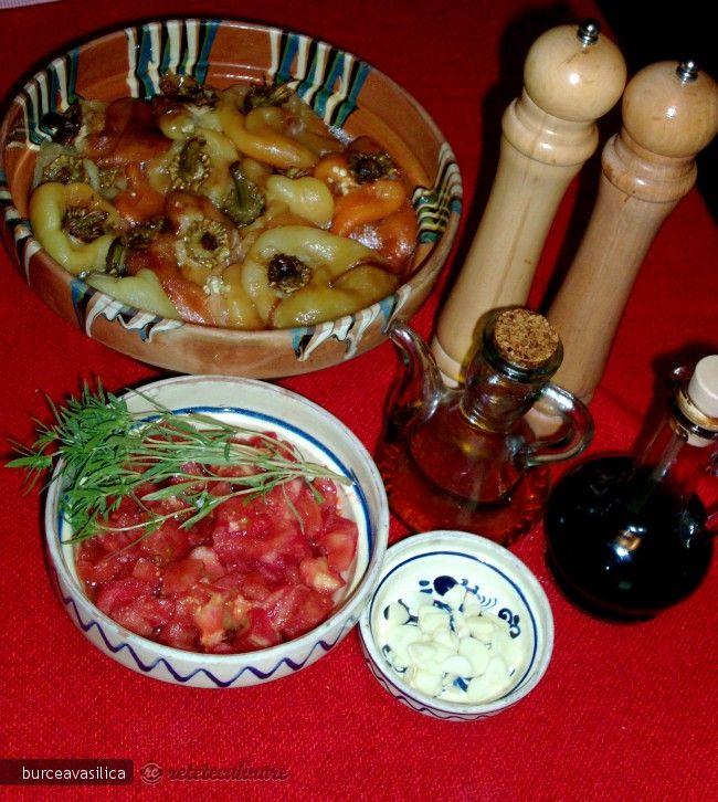 Reteta culinara Salata de ardei copti cu sos de rosii, usturoi si otet balsamic din Carte de bucate, Salate. Specific Romania. Cum sa faci Salata de ardei copti cu sos de rosii, usturoi si otet balsamic