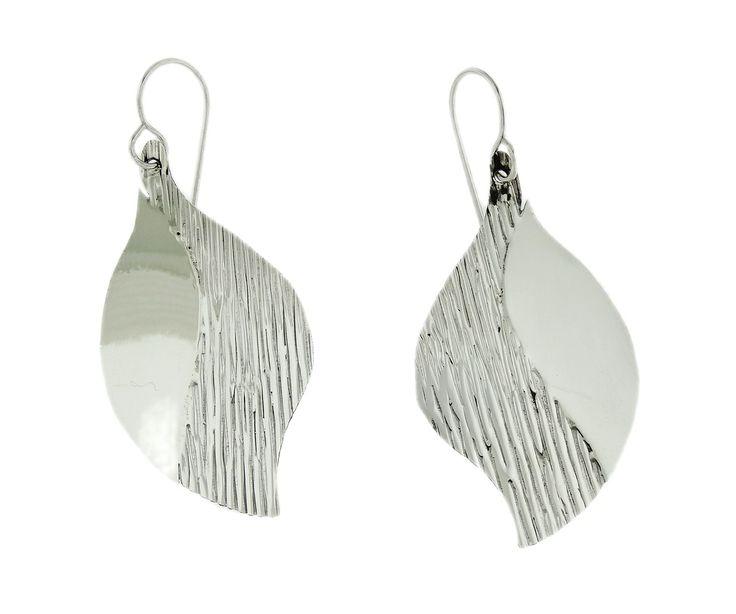 Aretes de plata con forma de hojas, tienen una doble textura la mitad es rigosa y con textura y la otra es lisa.