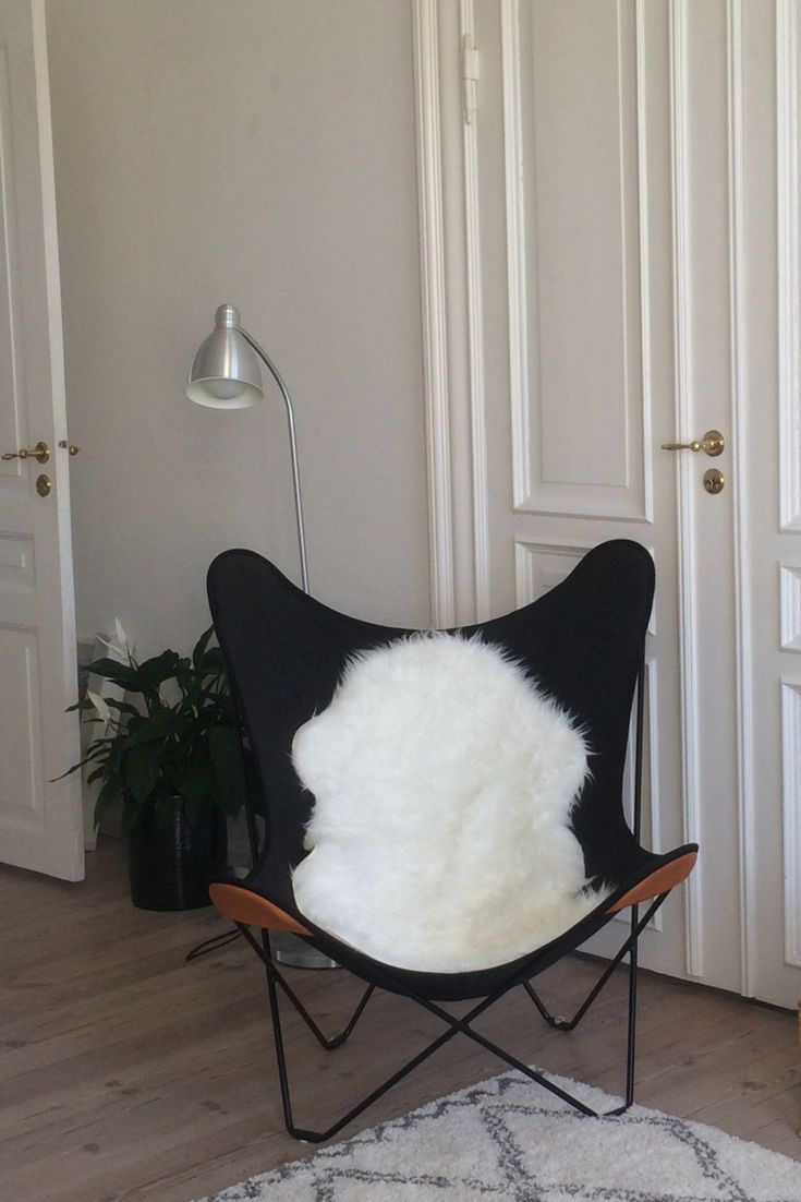 Thanks to @nadjaungerchristensen for this picture of their Black Canvas Butterfly Chair, perfectly paired with a white sheepskin. How inviting!