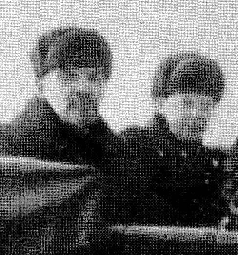 Dit is een foto van Lenin en zijn vrouw. Ze heten  Nadezjda Kroepskaja. Lenin was 28 jaar ouder dan zijn vrouw