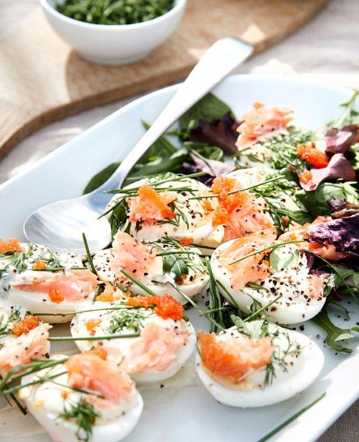 Uova alla diavola con salmone affumicato e insalata servite su un piatto da portata bianco - IKEA