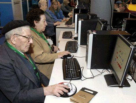 El aula CeMIT de la Biblioteca Municipal acoge un curso gratuito de informática para personas mayores