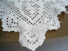 Olá!!!     Manta de Bebê em fio de algodão!!!         Feita em linha...         Acabamento em fita de organza, e laço com pérolas...       ...