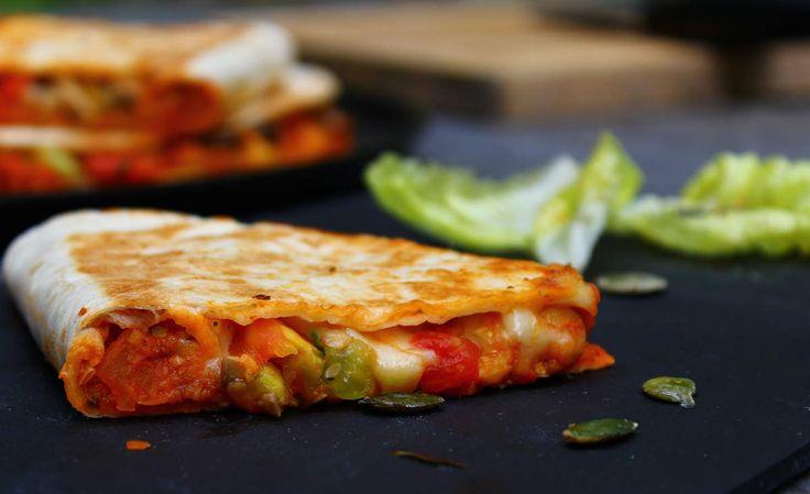 Recette de Quesadillas vég en vidéo Bonjour et bienvenue dans mon blog cuisine. Aujourd'hui nous allons préparer des Quesadillas. Pour faire cette recette végétarienne, il faut : 4 galettes tortillas 250g de pois chiches bouillis 1 oignon coupé en dés...