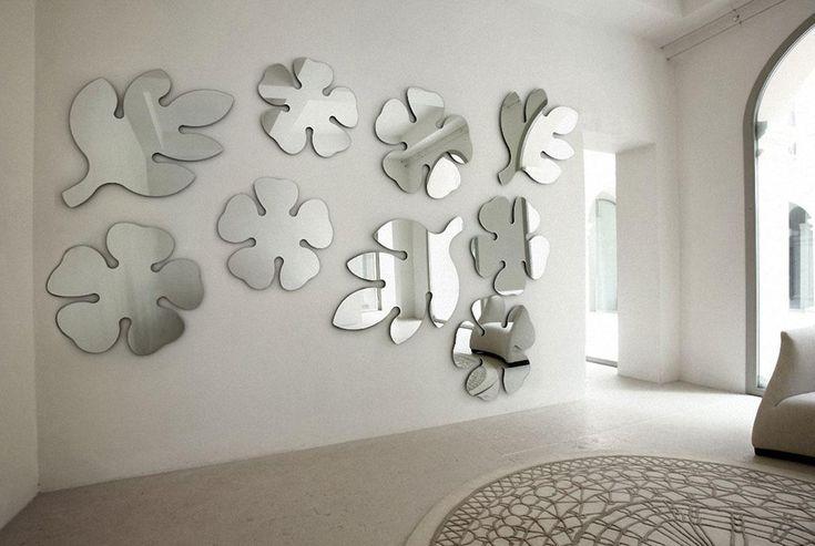 Ne plac oglinzile cu forme deosebite! Acestea sunt decupate sub formă de flori și frunze.