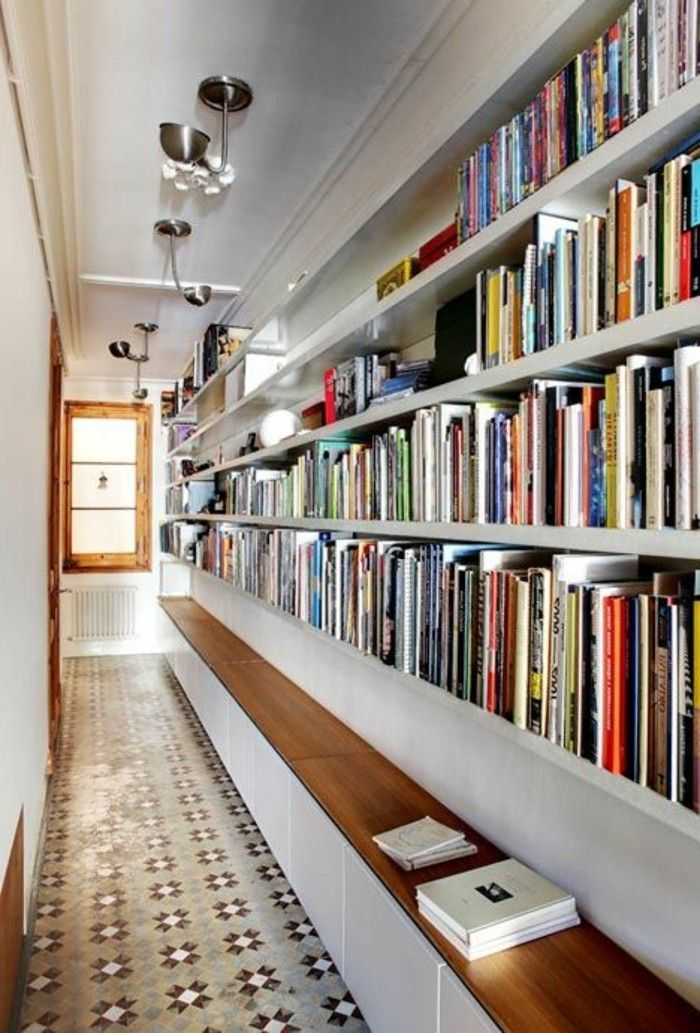 Eclairage couloir. Parquet. Quatre rayons avec des livres.