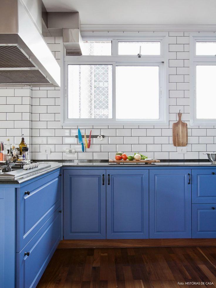 Armários coloridos e com desenho vintage, piso de madeira e azulejo que imita os modelos usados em metrôs europeus são os trunfos dessa cozinha linda.