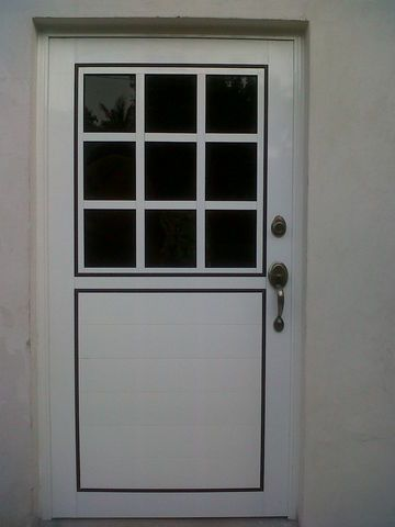 puerta de aluminio en blanco con filtrasol plus de mm y chapa de lujo
