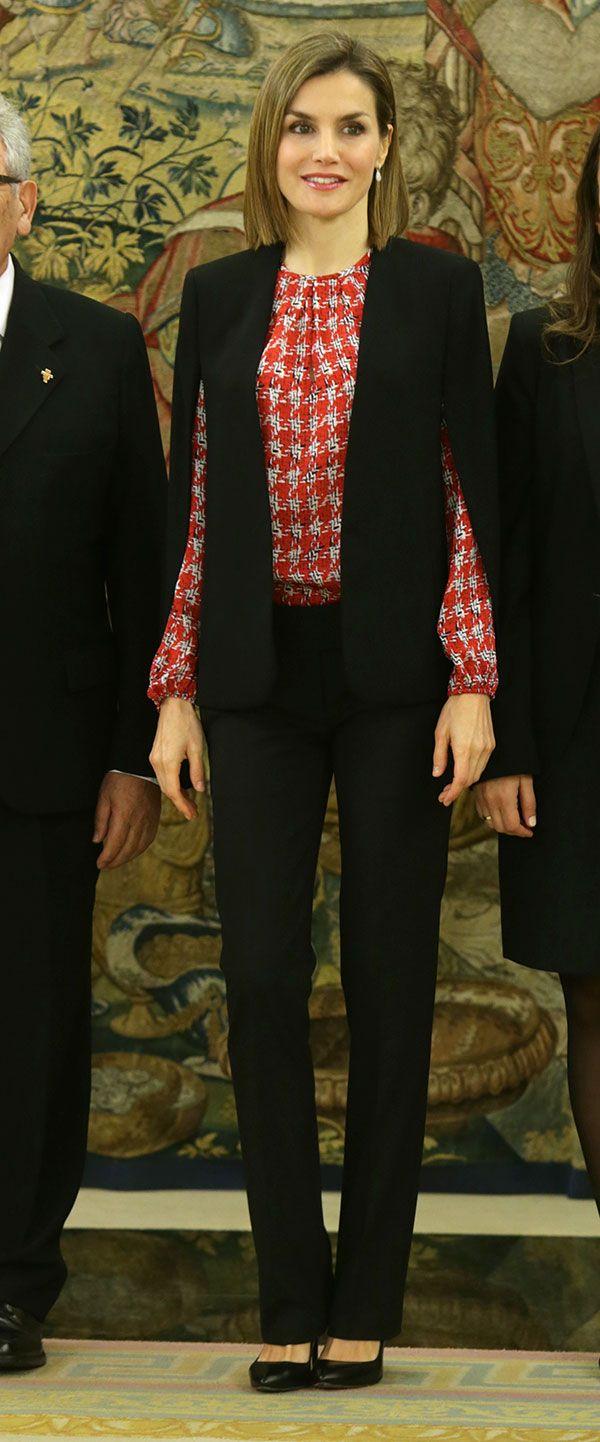 Doña Letizia ha estrenado una camisa de seda con estampado en pata de gallo de Carolina Herrera para recibir a una representación de la Fundación Secretariado Gitano y después a la Junta Directiva de la Plataforma de Organizaciones de Infancia de España.