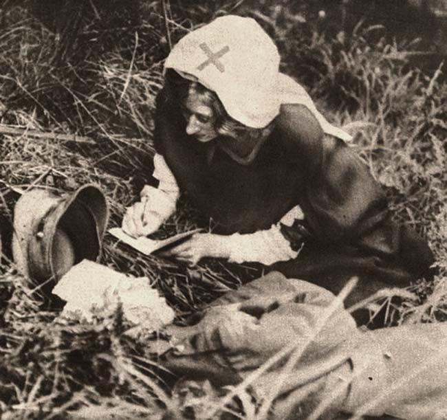 Una enfermera de la Cruz Roja copia las últimas palabras de un soldado británico. [1917]