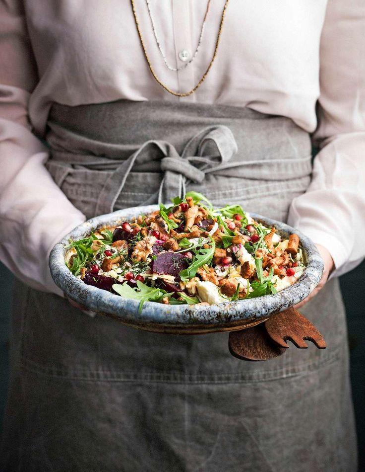 Njut av vår härliga vegetariska höstsallad med rödbetor, granatäpple ostar och nötter. Foto Matilda Lindeblad. http://www.lantliv.com/mat-vin/hostsallad-med-rodbetor-ostar-notter/