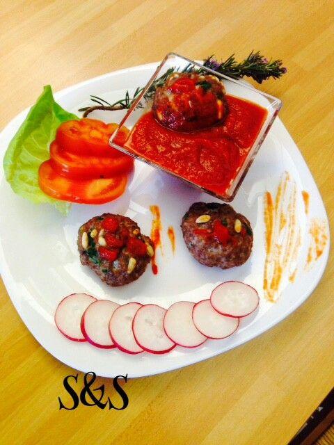 Polpette di agnello a forno con salsa piccante di pomodori.gluten free