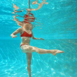 Acquafitness, una palestra sott' acqua.  Pesi, step e cyclette: un mondo sommerso  Ormai la frontiera dell'acquagym è stata ampiamente oltrepassata. In acqua, infatti, è possibile praticare di tutto: spinning, yoga, step…non c'è davvero più alcun limite alla fantasia e alla voglia di restare in forma!  Se si desidera tonificare tutto il corpo, sono perfette sia l'acquagym sia le sue varianti come acquatone e acquafitness: oltre agli esercizi a corpo libero, si utilizzano anche pesi e…