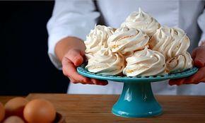 Como fazer merengue. Esta receita pode ser a base para sobremesas mais elaboradas ou para servir como biscoitos à hora do lanche.