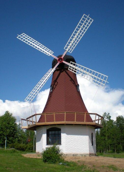 Tuulimylly-rakennus Kotariipi lomakohteessa Pellossa Länsi-Lapissa.