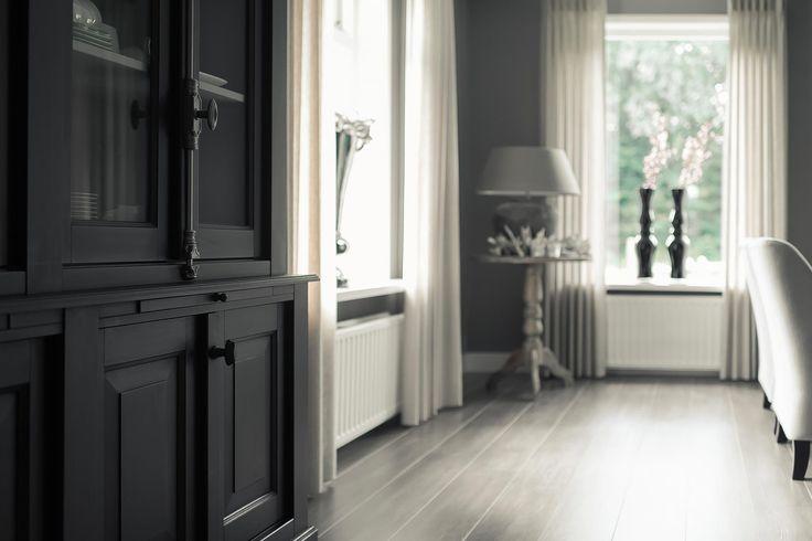 servieskast glasdeuren antraciet | www.twoonhuis.nl