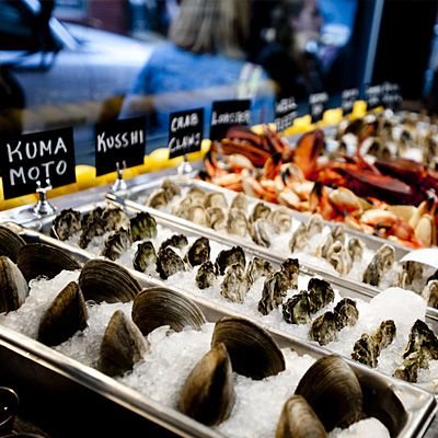 Diners gravitate here as much for the atmosphere as for the fresh seafood. Pick a bottle of bubbly from the extensive wine list, grab a shell and start slurping.
