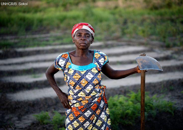 Machozi Lubenga, 67enne sfollata della Repubblica Democratica del Congo, coltiva la terra nel campo di Lukwangulo, nella provincia del Katanga, creato nel 2010 per accogliere gli sfollati del Sud Kivu. Attualmente il campo ospita più di 3mila sfollati, molti dei quali vogliono fermarsi permanentemente nel villaggio, che li ha accettati e ha fornito loro terra da coltivare. l'UNHCR sta fornendo sementi e attrezzi agricoli per permettergli di diventare auto sufficienti.
