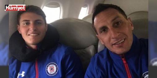 """""""Ne yaptın baba?"""" : Meksika Ligi ekiplerinden Cruz Azul Pumas ile bir dostluk maçı oynadı. Maçta dikkat çeken olay 35 yaşındaki Christian Gimenez ile 15 yaşındaki oğlunun aynı takım forma giymesi olarak görünse de Gimenezin oğluna yapılan penaltıyı kaçırması daha fazla gündem oldu.  http://www.haberdex.com/spor/-Ne-yaptin-baba-/84019?kaynak=feeds #Spor   #Gimenez #forma #takım #oğlu #giymesi"""