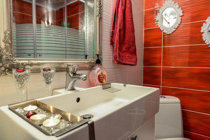 Mπάνιο με πινελιές από γιορτινή διακόσμηση. #realestate #efimesitiko #alexandroupoli