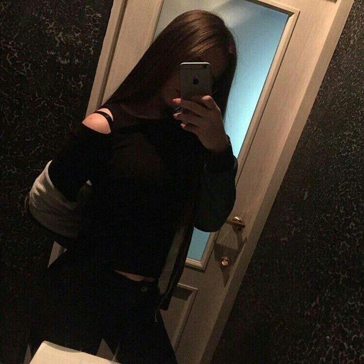 Фото девушки в зеркале без лица