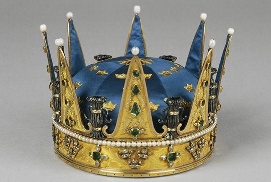 Prins Karls (XIII) krona är tillverkad 1771 i Stockholm av hovjuveleraren Johan Adam Marcklin. Den är av guld med emaljarbete i svart och vitt. Besatt med pärlor och ädelstenar; briljanter, rosen- och taffelstenar samt smaragder. Hätta av mörkblå atlas med dekor i guldbleck är från 1860. Kronan bars av Gustaf VI Adolf vid Riskdagdens högtidliga öppnande1900-1907. Foto: Alexis Daflos/Kungahuset.se