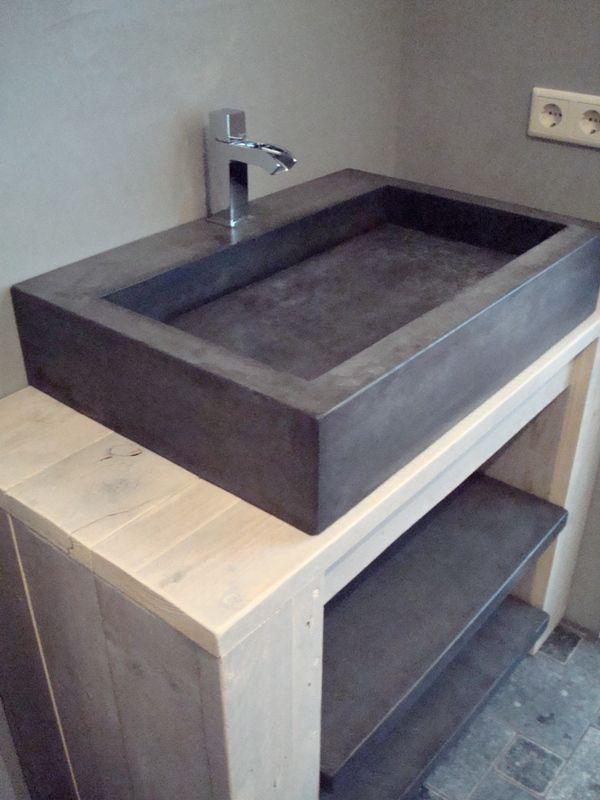 Solidus badmeubel beton. Steigerhout vervangen voor eikenhout of vintage meubel, koperen kraan toevoegen.