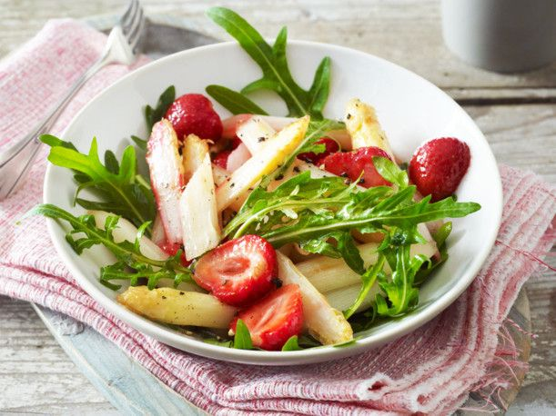 Unser beliebtes Rezept für Gebratener Spargelsalat mit Erdbeeren und mehr als 55.000 weitere kostenlose Rezepte auf LECKER.de.