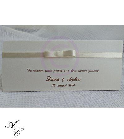 Plic de bani din carton sidefat, cu fundita din satin ivoire, personalizat cu numele mirilor, data evenimentului si un mesaj de multumire.