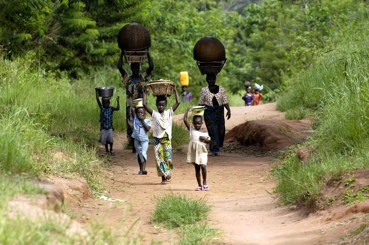 People on a Road in DRC Rainforest -  Local women and children on a road coming from a water hole. © Thomas Einberger / argum / Greenpeace