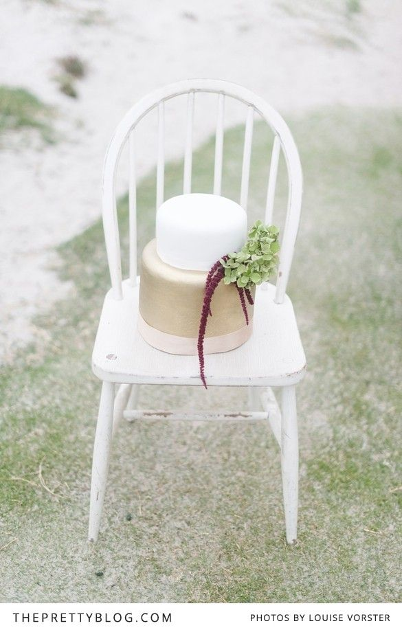 We simply love this simplicity. A wedding cake dressed in white & gold!   Photographer: Louise Vorster Photography   Flowers : Anli Wahl Flowers & Event Styling   Cake : The Birdcage