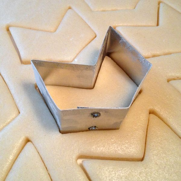 How to Make Your Own Customised Cookie Cutters  Use an aluminium soda can too.