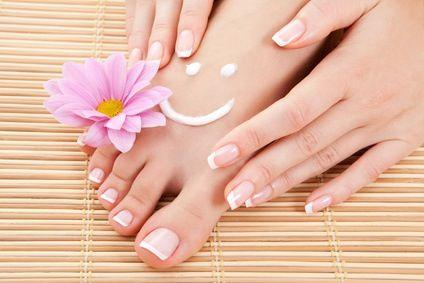 Gommage naturel pour avoir de beaux pieds lisses et doux. Cet exfoliant maison vous aidera aussi à éliminer les rugosités de la peau : un demi citron, 1 c. à soupe d'huile d'amande douce et 2 c. à soupe de sel fin ou gros sel.