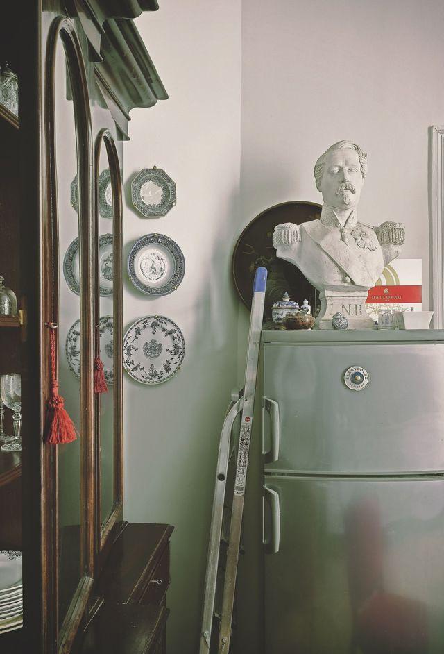 Sur le réfrigérateur Electrolux un buste de Napoléon III trône avec majesté.
