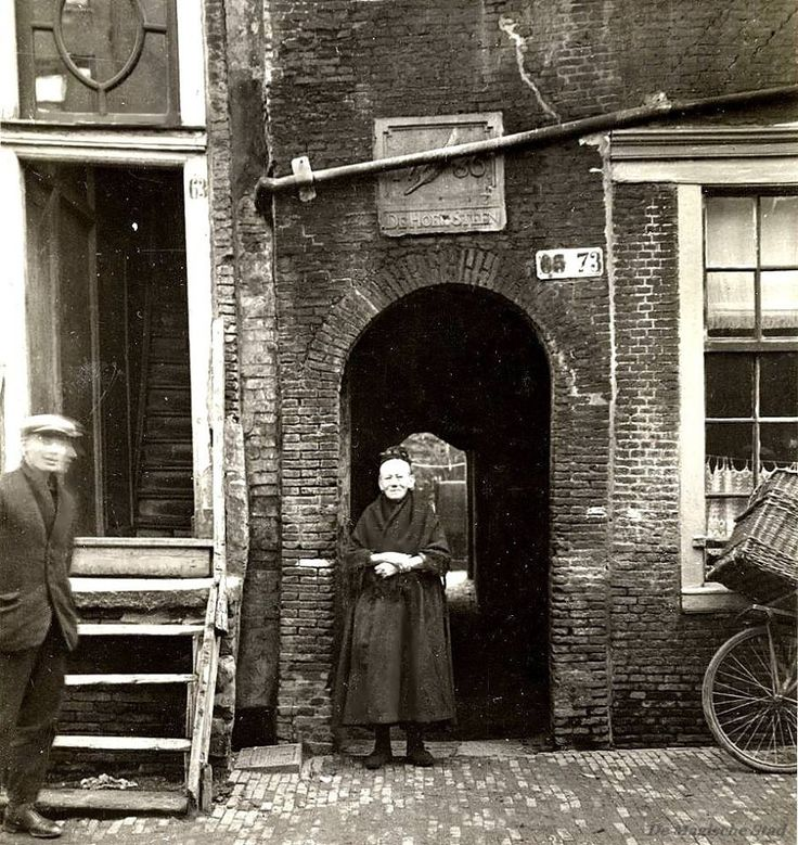 Oude Looiersstraat 63 (gedeeltelijk) t/m 73 (v.l.n.r.) Nummer 65-73 inpandige huizen Hoekstenengang, gesloopt in december 1926. Grootmoeder van M.v. Veen (Meerkoetstraat 30, Landsmeer). Met gevelsteen 'De Hoeksteen' anno 1786. Collectie Stadsarchief Amsterdam: foto-afdrukken Inventarissen http://stadsarchief.amsterdam.nl/