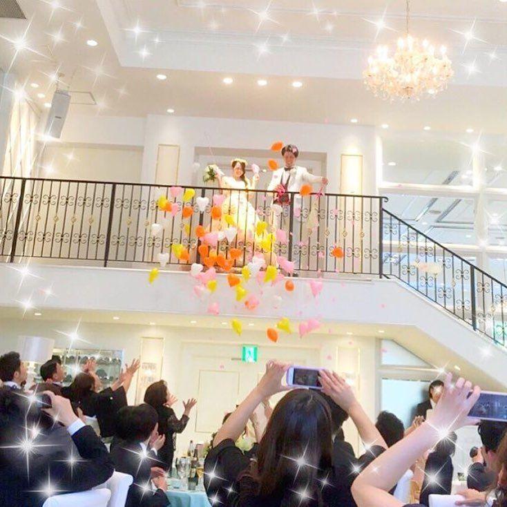 ☪︎*。꙳ 2階から#バルーンスパーク をした光景が とっても綺麗で可愛い💒🎈✨ * こんな風に階段の上からバルーンスパークをすると、 インパクト抜群で 写真も撮りやすいうえに、 ハートの風船がぱーんと弾けて ゲストの元にふわふわ舞い降りるので本当に素敵💖 * お子様も大喜びの楽しい演出になったそうです💍🌙*.。 * photo by @yandy_wedding_2017 #お色直し#お色直し入場#再入場#披露宴演出#結婚式演出#バルーン#風船#プレ花嫁#卒花#卒花嫁#結婚式準備#婚約#プロポーズ#ウェディングレポ#結婚式レポ#marryxoxo