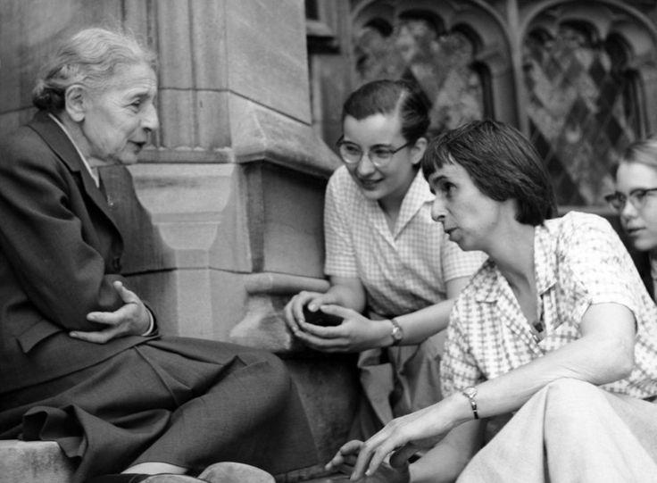 Lise Meitner con estudiantes (Abril de 1959)
