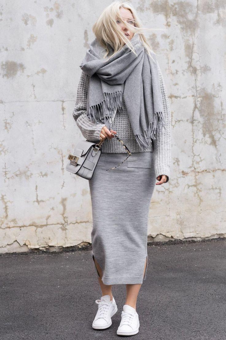 MINIMAL[winter]: grauer Jerseyrock; grauer Strick; grauer Oversize-Schal; weiße Schlange