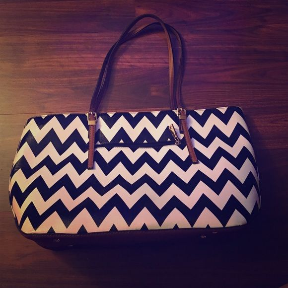 Chevron Purse Very good condition perfect purse!! Bags Shoulder Bags