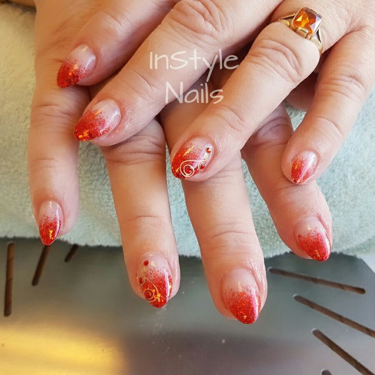 Acrylnagels met rode glitters
