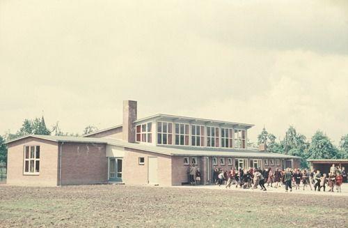 2528 Komgronden, 1955 Beschrijving: De achterzijde van de nieuwe openbare lagere school in Tricht. Zie ook no.2523. 27-7-1955 Auteursrechthebbende: Gelders Archief