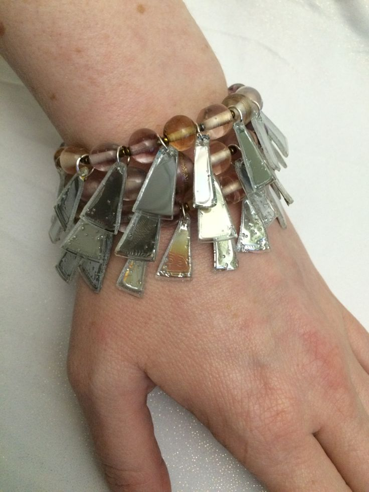 Bracelet+on+memorywire+with+upcycle+CD+prisms+and+glassbeads.+A+very+eyecatching+lightreflecting+piece.