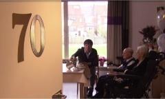 2013 Video | VIER Kamagurka op de koffie bij Paula (95) en Emile (90)  die hun platina bruiloft vierden. Hun geheim? Nooit ruzie maken. Al is er wel één probleem: Paula en Emile kunnen niet meer samen slapen omdat hun bedden te klein zijn.