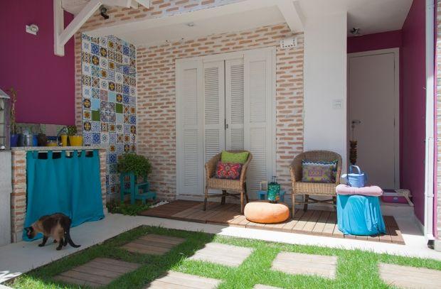Ao ar livre: O quintal foi totalmente reformado. Ganhou grama, uma churrasqueira pré-fabricada da Leroy Merlin e um chuveirão decorado com azulejos