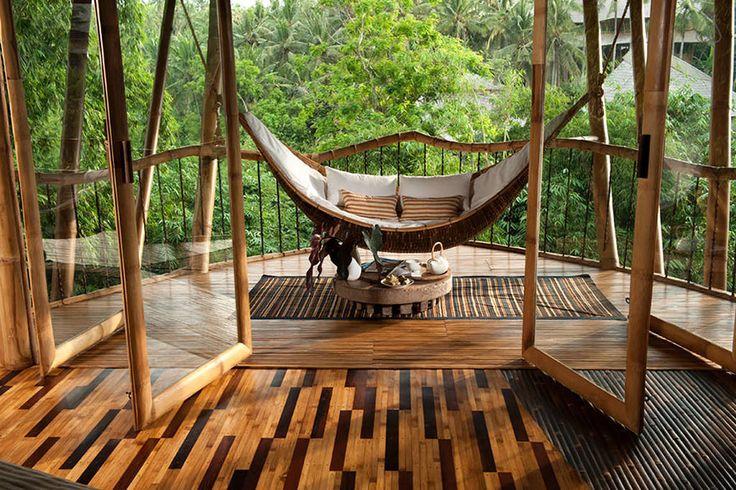 A arquiteta Elora Hardy lidera um escritório de arquitetura em Bali que utiliza bambu como matéria prima sustentável para criar construções luxuosas.