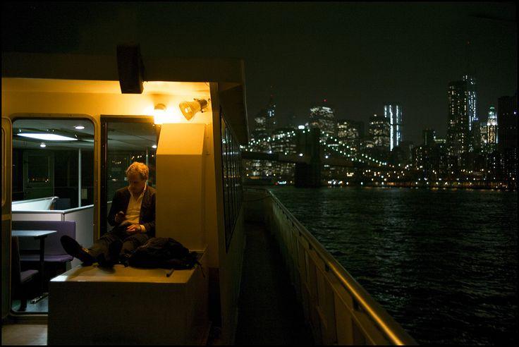 East River, New York City, August 2013  Les bateaux de L'East River sont le moyen privilégié pour les B&T de rejoindre quotidiennement Manhattan depuis Brooklyn. B&T (Bridge & Tunnel) est l'expression communément utilisée par les New Yorkais pour designer les banlieusards habitant hors de Manhattan. En arrière plan, le pont de Brooklyn.  (M0000182)