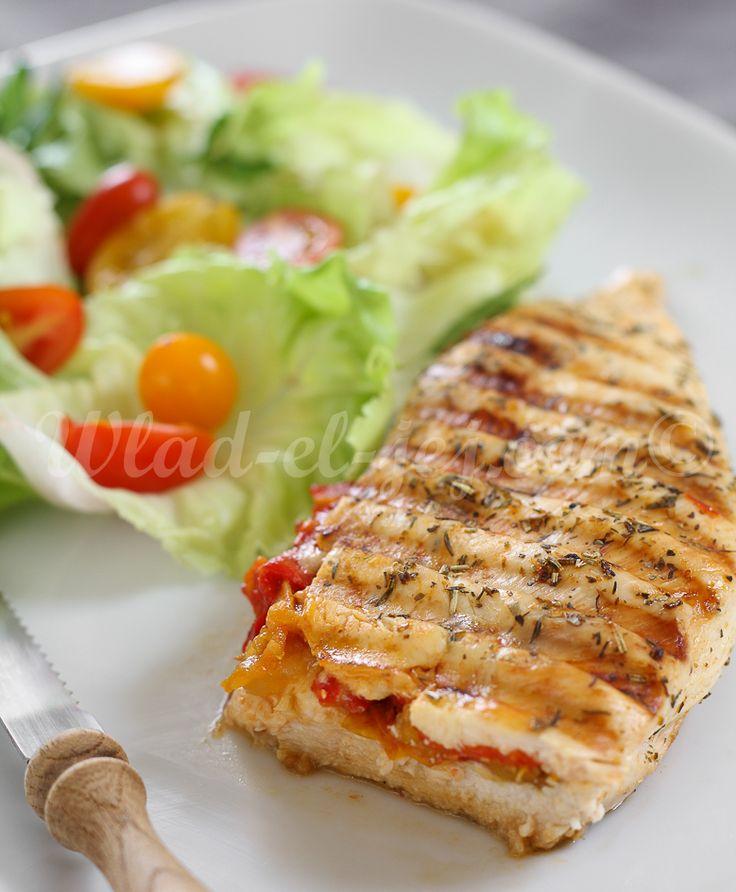 blanc-de-poulet-farci-aux-poivrons-rouges-et-tomates-cerises-séchées