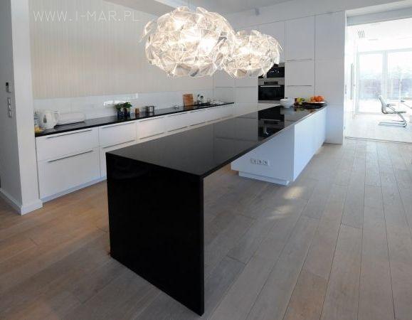 Czarny blat kuchenny z granitu Nero Zimbabwe o gr. 3cm. Projekt - Exit Design. /// Black kitchen worktop made of granite Nero Zimbabwe (thick. 3cm). Project - Exit Design.