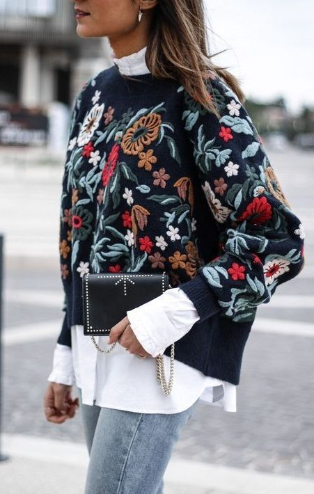 #herbst #stickerei #pullover #lagenlook #floral #trendy #layering  Dieser Oversized Strick-Pullover mit bunten floralen Stickereien im Folk-Style ist ein echtes It-Piece für diesen Herbst. Durch seinen Schnitt und die Kombination mit der Bluse im Lagenlook wird das Outfit zu einem echten Herbst-Allrounder. Die schlichte Cross Body Bag mit Nieten und Kette sowie die legere Jeans machen den Look zu einem gelungenen Outfit für die Herbstzeit.