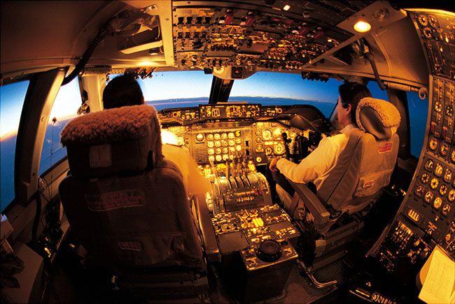 『PILOT』誌の取材で貨物専用機NCA116便(747-200F)、成田発ジョン・F・ケネディ行きに搭乗した。土砂降りのなか定刻より1時間ほど遅れての出発。機はRWY34に進入して一旦(いったん)停止。一瞬の間をおいてエンジンが咆哮(ほうこう)を上げる。エンジンフルパワーで滑走路を猛然と駆ける。ガタガタギシギシ、重い機体の振動が体に直に伝わる。そろそろランウエイエンド近くではとハラハラし始めたとき、機は大地を蹴(け)った Nikon F5,NIKKOR17-35mm,2001.3.2 成田